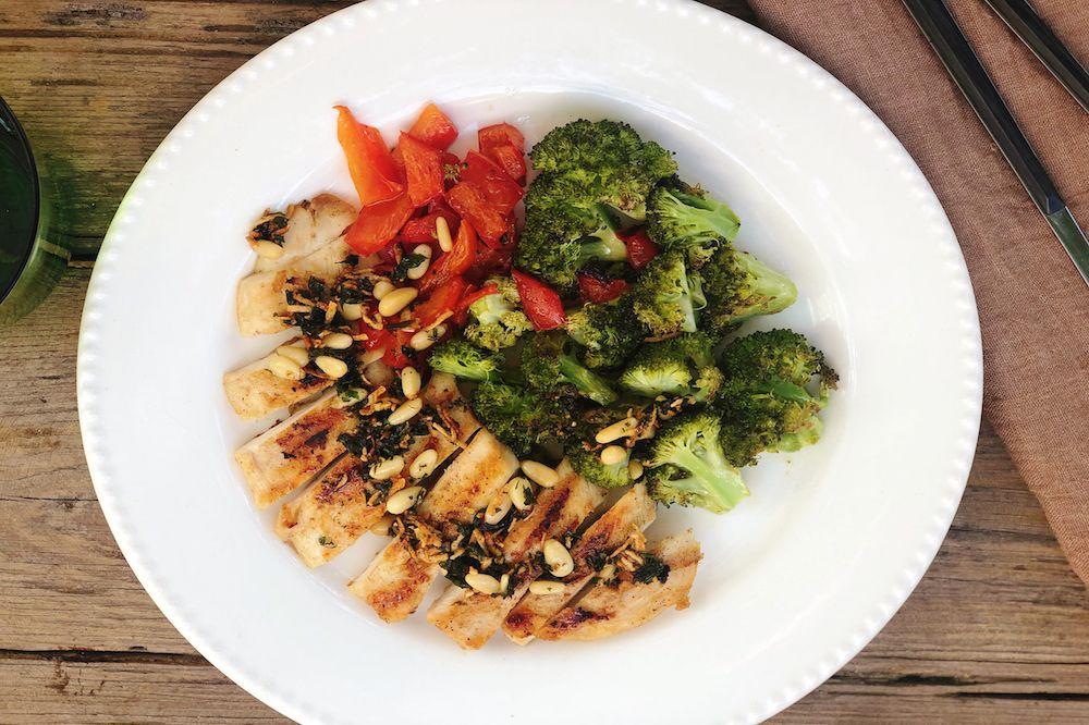 Peito de frango ao molho siciliano e brócolis assados